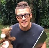 Основатель группы Therr Maitz Антон Беляев продает свой талисман на благотворительном аукционе